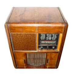 Radio-grammofono SAFAR. Fabbricato in Italia nei primi anni '40, l'apparecchio è montato su un mobile di legno con impiallacciatura di noce. Dimensioni: 95 cm. di altezza, 70 cm. di larghezza e 45 cm. di profondità. #vintage #radio