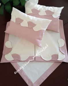 Yaprak aplikeli fiskos takımı   pudra pembesi rengi ile harika oldu 😍 Baby Girl Quilts, Girls Quilts, Baby Bedding Sets, Baby Pillows, Hand Embroidery Flowers, Hand Embroidery Designs, Henna Candles, Sewing Aprons, Pillow Cover Design