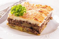 Moussaka recipe (Traditional Greek Moussaka with Eggplants) Imagine layers of juicy minced beef, sweet eggplants, and creamy béchamel sauce baked to perfection! This is greek Moussaka! Re-discover this truly authentic dish here. Traditional Greek Moussaka Recipe, Moussaka Recipe Greek, Traditional Greek Food, Greek Dishes, Mediterranean Recipes, Mediterranean Style, Greek Recipes, Foodies, Food And Drink