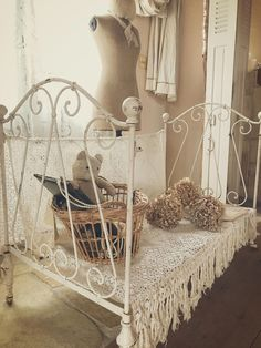 Show Your Family The Greatest Pride – Decorate Your Living Room Using Shabby Chic – Shabby Chic Talk Shabby Chic Farmhouse, Shabby Chic Cottage, Shabby Chic Homes, Shabby Chic Decor, Vintage Room, Shabby Vintage, Shabby Chic Bedrooms, Shabby Chic Furniture, Peaceful Bedroom