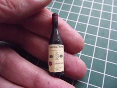 Making a realsitic french bottle of wine - work hopjes 52 t / m Miniature Bottles, Miniature Kitchen, Miniature Crafts, Miniature Food, Miniature Dolls, Mini Kitchen, Dollhouse Tutorials, Diy Dollhouse, Dollhouse Miniatures