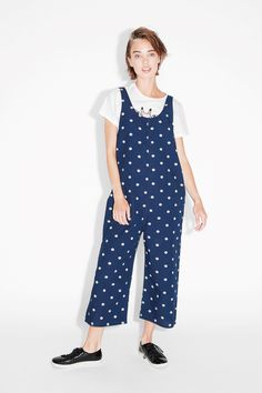 Some show-stopping, wide-fitting denim dungarees, spangled with polka dots in case peeps weren't aware of how defiantly awesome your wardrobe really is. Closes with a hidden zipper in back. • Wide leg • Oversize • U-neckline colour: Dark blue / deeply dotty In a size small the chest width is 94 cm. The model is 175 cm and is wearing a size small.