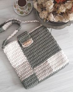 Kalbinizdekilerin avucunuza dusmesi dilegiyle☺. Bu kucuk heybemi hatirlarsiniz sonunda tamamlayabildim. Iyi gunlerde kullanilsin. . . . . #örgüsepet #penyeçanta#knitting#makrome #oyuncaksepeti #crochet #crocheting#crochetbasket #penyesepet #ganchillo #trapillo #granysquare #crochetstitches #fioguarani #totora #decoration#trapilho #fiodemalha #tshirtyarn#alfombra #cesto #haken #bebekodasi #banyo #hamileyizbiz #örgüçanta #crochetbag #knittedbag