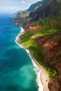 Took an unforgettable catamaran around the isolated Napali coast in #Hawaii #kauai