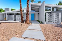 Palm Springs is the living museum of mid-century modern architecture, where homes and buildings are truly the best examples of mid-century residential architecture. Palm Springs Mid Century Modern, Mid Century Exterior, Modern Landscaping, Backyard Landscaping, Mid Century House, Mid Century Modern Design, Spring Home, Midcentury Modern, Danish Modern