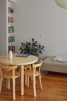 Living Room Modern, Living Room Chairs, Small Living, Living Rooms, Living Spaces, Tiny Dining Rooms, Brooklyn Apartment, Tiny Spaces, Small Space