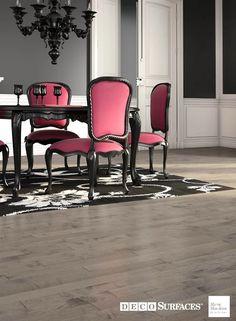 Bois franc d'Érable : Ce plancher de bois franc préverni de teinte grise contribue grandement à l'ambiance apaisante de ce décor unique. --- Maple hardwood floor: This prevarnished grey tinted hardwood floor brings a peaceful ambiance to this unique decor.