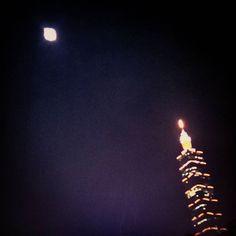 Instagram【evonne00617】さんの写真をピンしています。 《超級月亮 101變身蠟燭了 快點來許願吧~  #月夜 #月光 #夜景 #美景 #生活 #放鬆 #休閒 #台北 #台灣 #taiwan》