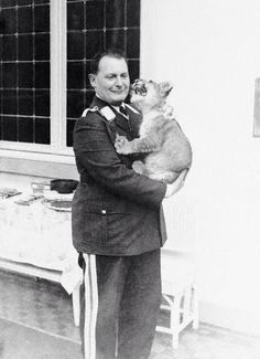 Herman Göring with his lion.