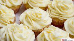 Di origine americana, i cupcakesono dei dolcetti monoporzione, squisiti e golosi: una vera gioia per gli occhi ed il palato. Noi vi presentiamo la ricetta dei cupcake al cioccolato arricchiti da una glassa a base di Philadelphia e cioccolato bianco e decorati da lamponi, farina di cocco e gocce di cioccolato fondente. Per scoprire tutti i pas