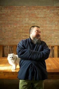 Ai Weiwei accompagné de Lai Lai, un de ses 40 chats.