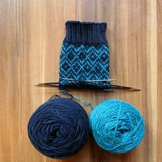 Knitting Videos, Knitting Stitches, Knitting Projects, Knitting Socks, Knitting Patterns, Knit Stockings, Knitted Slippers, Patterned Socks, Colorful Socks