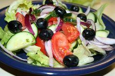 1) Nakrájíme rajčata a okurku na kostičky. Cibule nakrájíme na jemno, a natrháme omytý salát. 2) Smícháme ingredience na dressing. Všechny... Caprese Salad, Fruit Salad, Feta, Fruit Salads, Insalata Caprese
