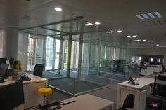 Otra perspectiva de las salas. Mimetismo absoluto con el entorno. Mamparas acústicas de IT-SISTEMAS Madrid, Basketball Court, Offices, Perspective, Interiors