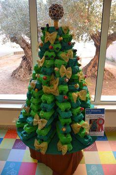 Egg carton Christmas tree from Unconsumption :) Recycled Christmas Tree, Diy Christmas Garland, Diy Garland, Diy Christmas Gifts, Xmas Tree, All Things Christmas, Christmas Tree Decorations, Holiday Crafts, Christmas Holidays
