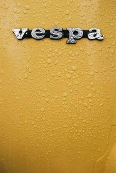 yellow vespa in the rain Piaggio Vespa, Lambretta Scooter, Vespa Motor Scooters, Vespa Vintage, Motos Vespa, Italian Scooter, Side Car, Vespa Girl, Mini Bike