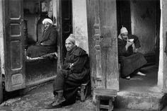 Fez, Marruecos // Fez, Marocco (by Marc Riboud, Marc Riboud, Fez Morocco, North Vietnam, Moving To Paris, French Photographers, Dark Photography, Magnum Photos, Monochrome, Pictures