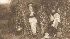 La începutul secolului trecut, statul român ducea o muncă intensă pentru a-i convinge pe ţărani cât de benefică este ştiinţa de carte. Tocmai de aceea, tinerii din mediul rural care ieşeau de pe băncile şcolii erau încurajaţi să împărtăşească şi celorlalţi din experienţa lor.