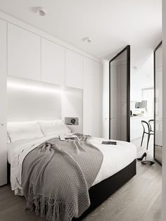 Proposta de armário estreito na lateral e em cima da cama. Tem a lâmpada embutida e um nicho para pequenos objetos.