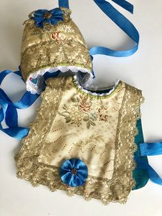 Christening set of bonnet and «vest Doll Wigs, Christening Gowns, Kids Fashion, Womens Fashion, Children Clothes, Baby Hats, Doll Clothes, Floral Tops, Kids Outfits