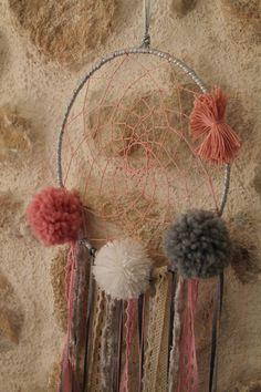 Un attrape rêve personnalisable: choisissez la couleur des rubans, des pompons.. et les mains de fée de Sarah s'occupent du reste.