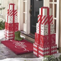 Welcome the festive season of Christmas with beautiful Christmas Outdoor Decor Ideas. From gleaming Christmas lights to outdoor Christmas trees & more. Beautiful Christmas Decorations, Decoration Christmas, Noel Christmas, Christmas Projects, Christmas Lights, Simple Christmas, Christmas Topiary, Xmas Crafts, Outdoor Christmas Decor Porches