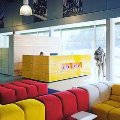 FIRST IMPRESSIONS COUNT - the USM Haller #reception in golden yellow.  #welcome #workplace #workspace #officedesign #interior #interiordesign #designclassic #designfurniture #officefurniture #modern #furniture #modular #moderndesign #swissmade #usmhaller