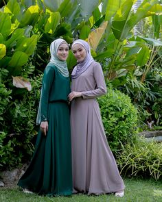 Any exploration of ancient Muslim covering can not be thought of complete while not associate degree in-depth discussion of the hijab, a standard Muslim scarf worn by Muslim girls round the world. Muslim Dress, Hijab Dress, Hijab Outfit, Muslim Girls, Muslim Women, Niqab Fashion, Fashion Outfits, Conservative Fashion, Hijabi Girl