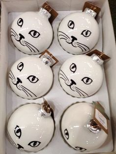 Easy DIY Christmas Ornaments That Look Store Bought - Twins Dish Ridiculously easy DIY Cat Ornament. Customize to match the color of your cat. Great, simple, Christmas craft gift for kids, teachers, and friends. Christmas Crafts For Gifts, Noel Christmas, Christmas Cats, Christmas Projects, Craft Gifts, Homemade Christmas, Painted Ornaments, Diy Christmas Ornaments, Christmas Decorations