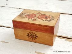 Vtg small Wooden box with lid and flower design box for jewelry treasures casket trunk Wooden casket pix wood small box vintage P12/756