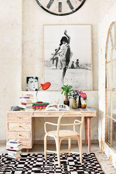 ¡Olé! - AD España, © manolo yllera Silla Fontal de Óscar Tusquets para Expormim y escritorio de Fabrikhaus con jarrones de La Recova y flores de sally L. hambleton. fotografía Antoñita La Singla (1962) de Xavier Miserachs y alfombra marroquí, en Bazar Atlas.