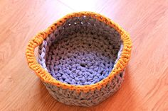 T-shirt yarn chunky basket - Free pattern and photo tutorial by Paso a Paso Crafts.