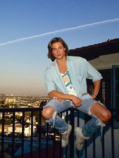 Brad Pitt…Awww look at him. All young and pre stardom. Brad Pitt…Awww look at him. All young and pre Beautiful Boys, Pretty Boys, Beautiful People, Beautiful Places, Junger Brad Pitt, Bradd Pitt, Thelma Et Louise, Millie Bobby Brown, Beautiful Celebrities