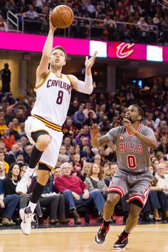 Matthew Dellavedova Photos - Matthew Dellavedova  8 of the Cleveland  Cavaliers shoots over Aaron Brooks e3fb7980b