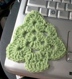 Crochet Granny Square Ideas Tw-In Stitches: Granny Christmas Tree-free pattern This is so cute! Crochet Granny, Crochet Motif, Crochet Stitches, Free Crochet, Crochet Flowers, Knit Crochet, Crochet Chain, Crochet Angels, Crochet Tree