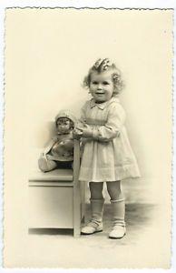 photo carte cpa petite fille et sa poupée vers 1950 jouet ancien