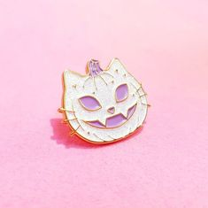 """❤❤ Super cute """"Pumkitty"""" Halloween inspired enamel pin for all you gothy cat ladies! ❤❤ Glittery Soft enamel & high polish gold plating with a rubber pin back measuring approx ❤ This listing is for ONE Pumkitty Pin ❤ Available in BLACK or WHITE glitter! Pumkin Decoration, Jacket Pins, Funny Fashion, Pin Art, Cat Pin, Cool Pins, Pin And Patches, Metal Pins, Pin Badges"""