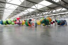 L'artiste allemande Katharina Grosse a créé pour cette nouvelle exposition, des paysages oniriques surréalistes à l'aide d'énormes sphères en latex peintes à l'acrylique et suspendues un peu partout dans l'espace. Souhaitant mettre le spectateur au centre de l'oeuvre, ces installations sont toujours monumentales et font souvent appel à nos souvenirs d'enfance.
