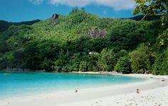 #ViajeDeNovios a #Seychelles: Qué ver en las Isla de Mahé. Port Launay es famoso por el avistamiento de tiburones ballena y es el lugar perfecto para hacer snorkel o simplemente disfrutar de su magnífica playa.