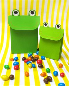 Free printable party favors frog bag (Mr. Printables): Fun for a frog theme birthday party or baby shower, animal / zoo theme, Noah's Ark baby shower or birthday, frog prince party, and more!