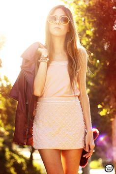 saia com textura, top na mesma cor da saia e jaqueta de couro para deixar o look mais descontraido adorei