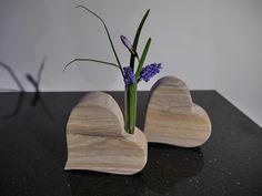 Ein Stück Natur - zeitlos und schön   Ein Unikat aus indischem Sandstein   Ein Herz aus Stein mit Blumenvase(Reagenzglas)   Herz-Maße :  15x4x15cm  Das Loch für das Glas hat einen...