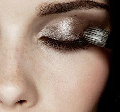 make-up shimmer shiny makeup palette eye shadow silver eye makeup Makeup Inspo, Makeup Inspiration, Makeup Tips, Hair Makeup, Makeup Ideas, Style Inspiration, Makeup Primer, Makeup Trends, Make Up Looks