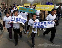 中国・北京(Beijing)で、マレーシア大使館に向けてデモ行進する、消息を絶ったマレーシア航空(Malaysia Airlines)MH370便の中国人乗客の親族ら(2014年3月25日撮影)。(c)AFP/Mark RALSTON ▼25Mar2014AFP|不明機乗客の親族がデモ行進、北京のマレーシア大使館へ http://www.afpbb.com/articles/-/3010947 #mh370 #mas #B777200 #MalaysiaAirlines #Beijing