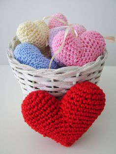 Crocheted hearts. https://www.etsy.com/shop/verogobet..Inspiration :-)... No Free pattern. Contact her Esty shop. Darling how she displayed these!