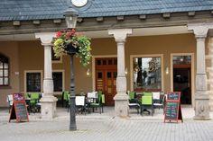 Auch im hübschen Café Marlitt am Arnstädter Markt sind kleine Gäste immer gern gesehen! Lokal, Restaurant, Pergola, Outdoor Structures, Patio, Old Town, Children Playground, Indoor Courtyard, Outdoor