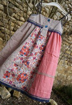 Robe inspiration Vert Baudet pour la forme et Mathilda Jane pour les associations de tissu Batiste à pois + Popeline à motifs + Plumetis + dentelle