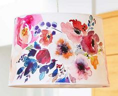 Weißen Lampenschirm mit Blumen aufpeppen l DIY l Decoupage makes custom lighting easy and inexpensive. See how we turned a plain white drum shade into gorgeous watercolor floral decor. Floral Lampshade, Cover Lampshade, Lampshade Ideas, Easy Diy Projects, Craft Projects, Weekend Projects, Black Fabric Paint, Watercolor Fabric, Painting Lamps