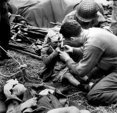 US Army medic gives candy to an injured child. France, July This is so precious. Old Photos, Vintage Photos, Army Medic, Historia Universal, D Day, Interesting History, World History, Ww2 History, Modern History