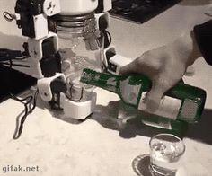 Un ingeniero y su robot. #gif